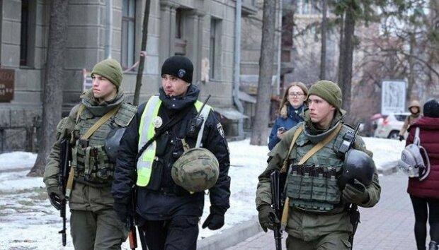 В Киев стянули силовиков, у прохожих проверяют вещи и документы, - что происходит