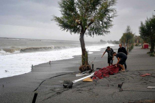 Отпуск откладывается: шторм терзает популярный курорт, гибнут беспомощные туристы