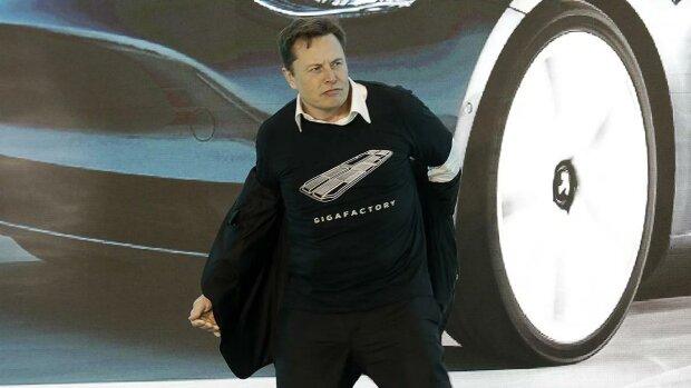 """""""Не повторяйте это на работе"""": Илон Маск взорвал публику отвязным танцем прямо на сцене презентации Tesla"""
