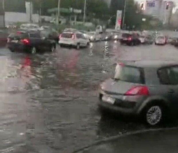 Мощный ливень в Киеве пустил людей и машины вплавь - столица превратилась в подводную лодку
