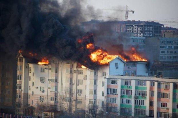 У Дніпрі палає багатоквартирний будинок: у полоні вогню – десятки людей