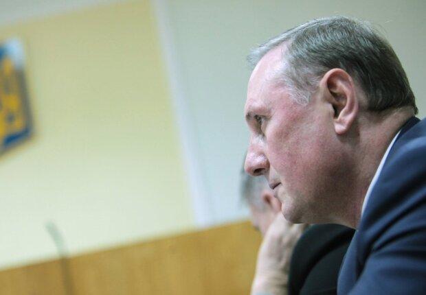 Зняти браслет, а паспорт повернути: суд скасував домашній арешт дружка Януковича Єфремова