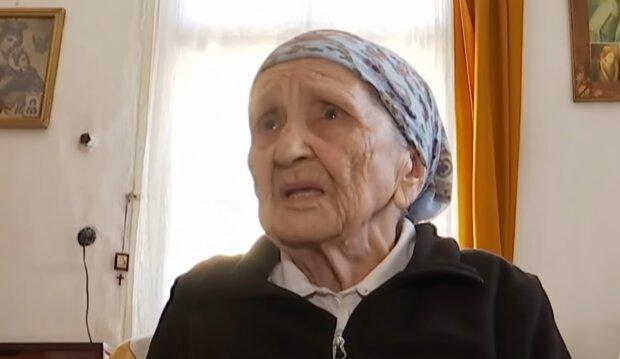 Пенсіонерка сіла на шпагат, скріншот з відео