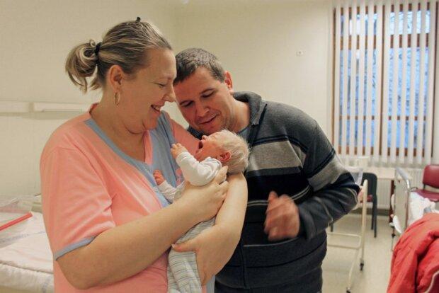Новорожденный ребенок с седыми волосами всех удивил своей внешностью. Врачи не могли поверить в то, что он абсолютно здоров