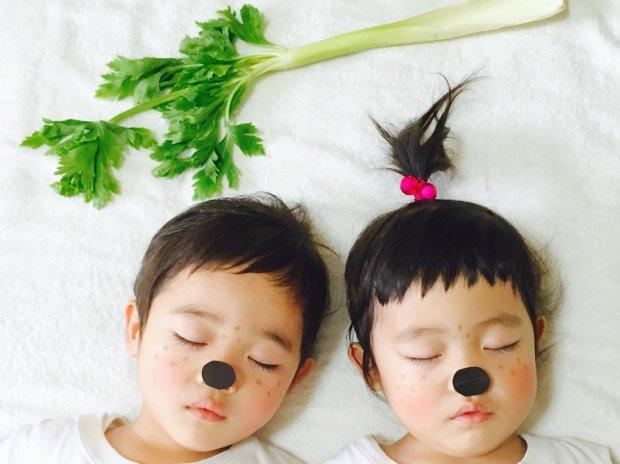 Пригоди близнюків: креативна матуся створила неймовірні фотошедеври, поки дітлахи спали. Такого ще ніхто не робив