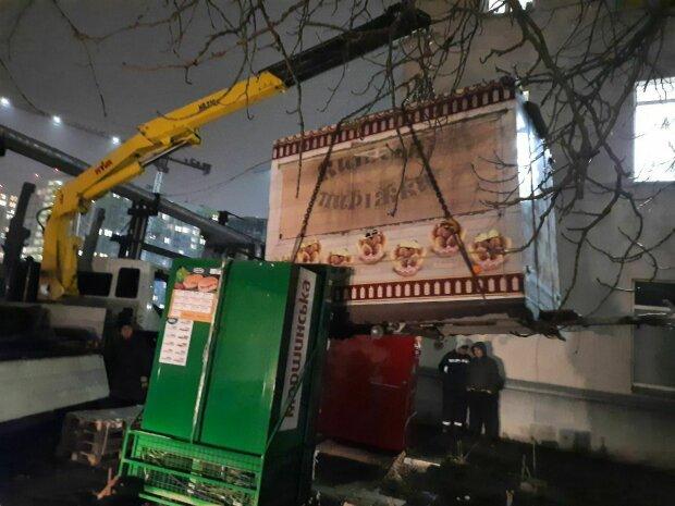 В Киеве коммунальщики разогнали уличных торговцев на Крещатике – ни магнитиков, ни пирожков
