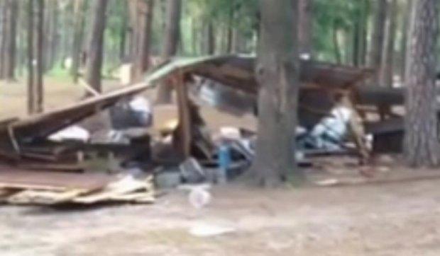 """У київському парку """"Партизанської слави"""" вандали зруйнували всі альтанки"""