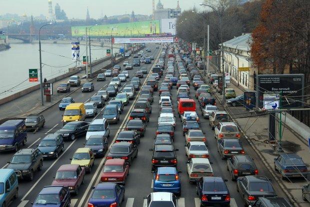 Киев погряз в огромных пробках, водителям нелегко: где лучше объехать