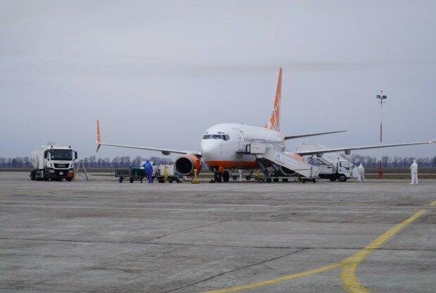 Літак з евакуйованими з Уханя, фото: Офіс президента