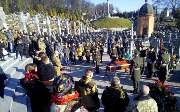 Титушки устроили беспредел на похоронах героя АТО, украинцы требуют расправы: видео