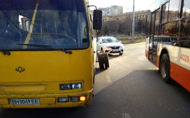 Оце євростандарт! У Києві маршрутка розвалилась на ходу