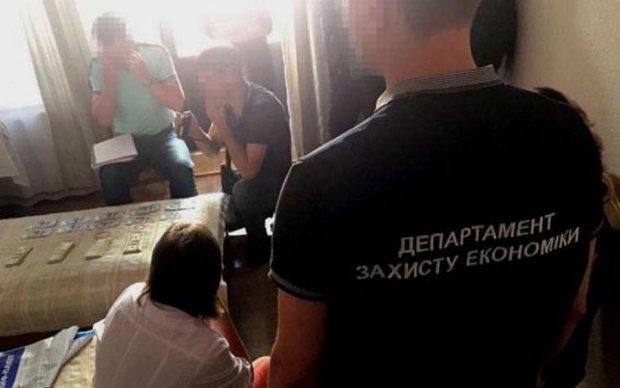 Хмельницкие чиновники за 50 тысяч долларов решали вопросы: задержаны оба