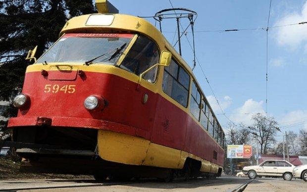 В центре Киева трамвай вылетел с рельсов