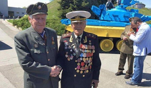 Ветерани УПА та Червоної армії потисли один одному руки (фото)