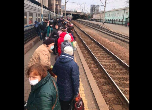 """Покрасневшие киевляне """"лезут"""" в переполненные электрички, ни одна маска не спасет: полюбуйтесь"""