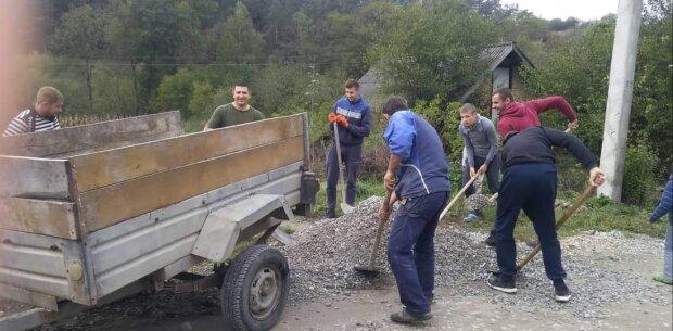Жінки, діти та Чоловіки: на Тернопільщині жителі села показали, як потрібно будувати дороги