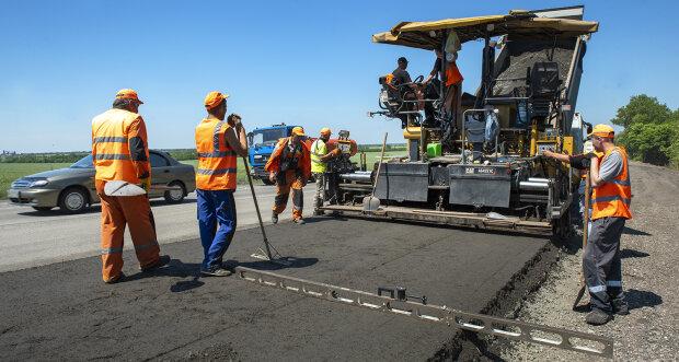 Золотий асфальт: у скільки українцям обійдеться ремонт усіх доріг, від цифри голова обертом