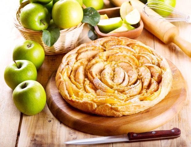 Слоеный пирог с яблоками и творогом: вкусный рецепт на все случаи