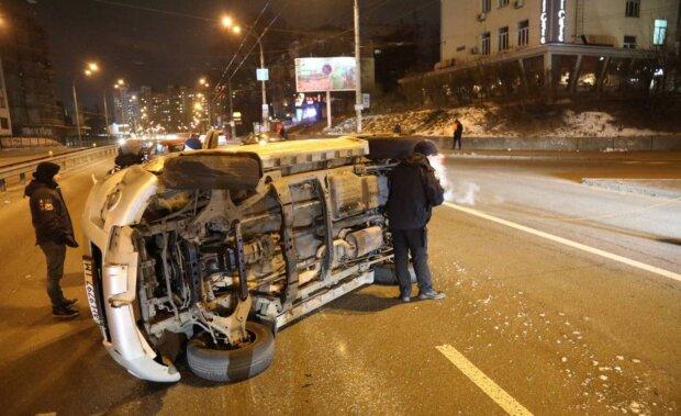 Центр Києва паралізувало: життя зупинилося, автомобіль палає, немов смолоскип