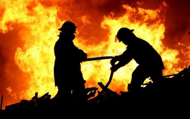 У Києві спалахнула масштабна пожежа: фото