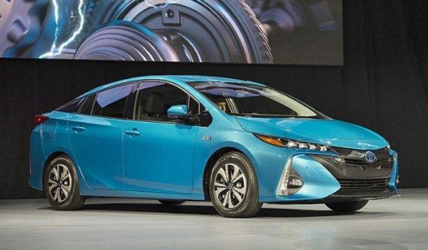 Toyota Приус нового поколения заряжается от сети за 2 часа (фото, видео)