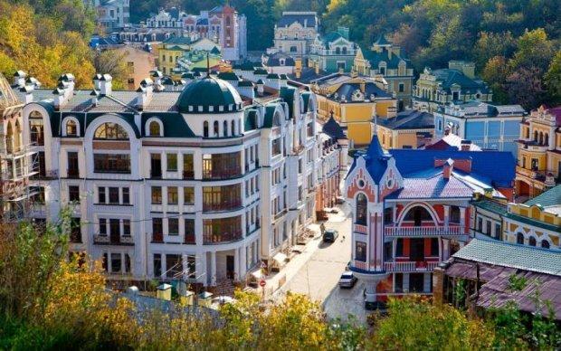 Моторошна пожежа охопила історичний центр Києва: фото