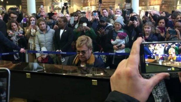 Элтон Джон выступил на вокзале (видео)