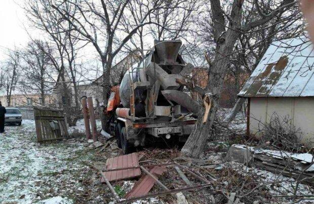 Снес забор и врезался в дерево: под Киевом бетономешалка слетела с дороги в частный сектор, есть погибший