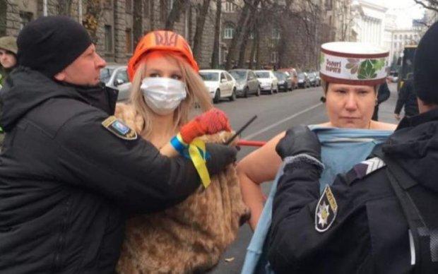 Активістка Femen пробралася в суд до Порошенка