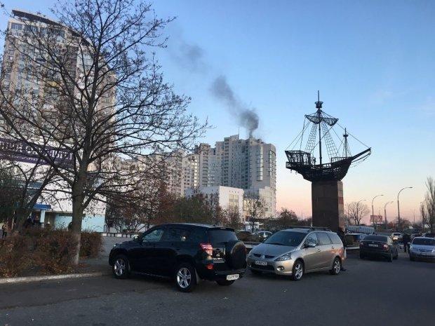 У київській багатоповерхівці ліфт загорівся просто під час руху: люди задихаються
