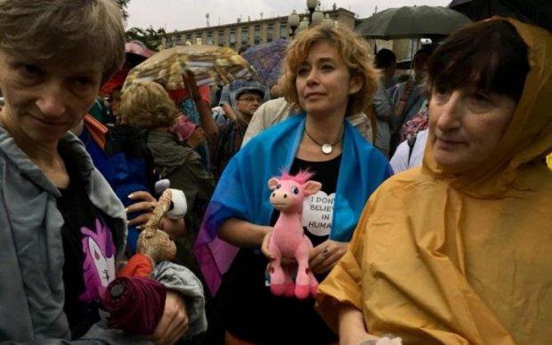 Жінки з плюшевими іграшками проти ФСБ: як пройшов Марш матерів в Росії