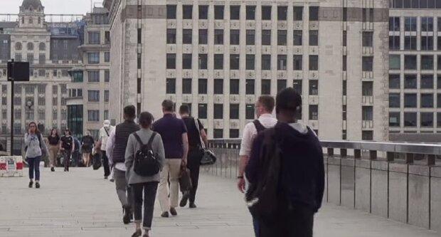 Люди на улицах, скриншот: Youtube