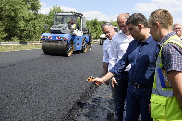 Львів'яни тицьнули носом Гройсмана в українські дороги: який прем'єр, такий і ремонт