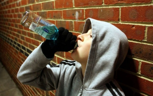"""Коктейль """"крихітка"""": мати заливала 9-річну дитину горілкою з пивом"""