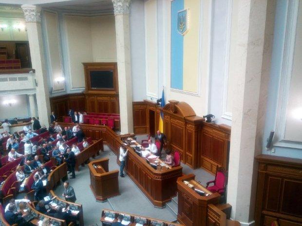 Роспуск Верховной Рады: как депутаты борются за теплые кресла до последнего
