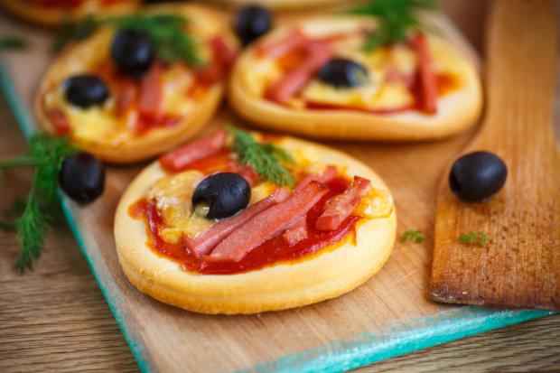 Міні-піца на хлібі: найшвидший рецепт