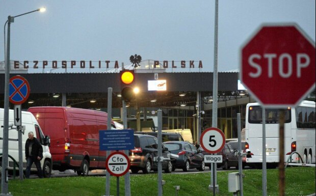З пункту пропуску - до моргу: в чергах на кордоні з Польщею помирають українці