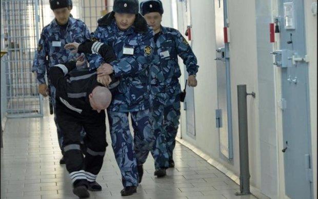 Средневековые пытки российских заключенных попали на видео: кадры 18+