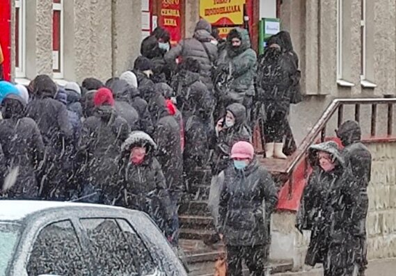 Десятки тернополян начхали на епідемію заради штанів і кофт: секонд за розкладом