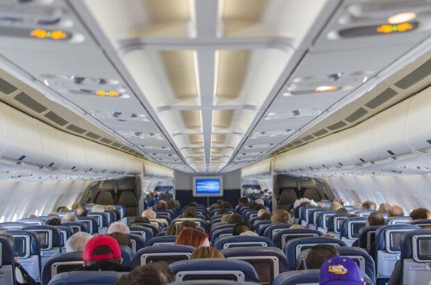 На борту літака МАУ сталася НП: пасажир почав задихатися і бліднути, дивом врятували