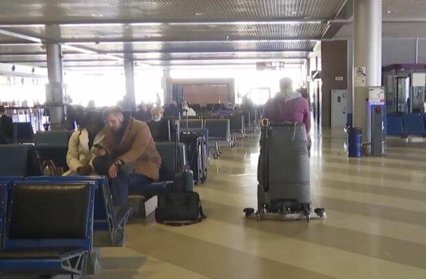 """Украинцы в """"Борисполе"""", скриншот: YouTube"""