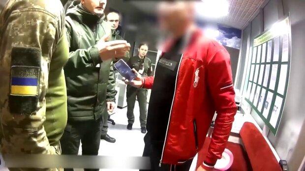 """""""Розірву на х@й"""": у Борисполі зняли з літака """"буйного"""" пасажира, який три роки збирав на путівку"""