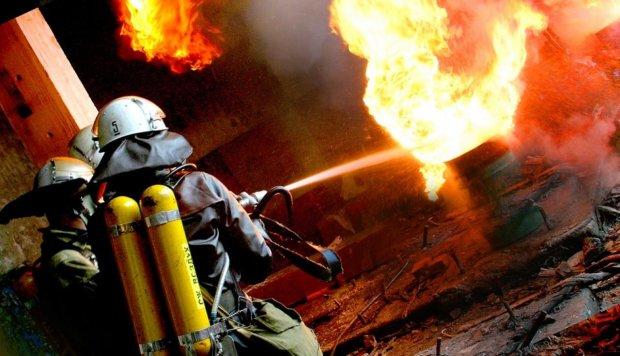 Ночной пожар до смерти перепугал киевлян: загорелась парковка с автомобилями, фото, видео