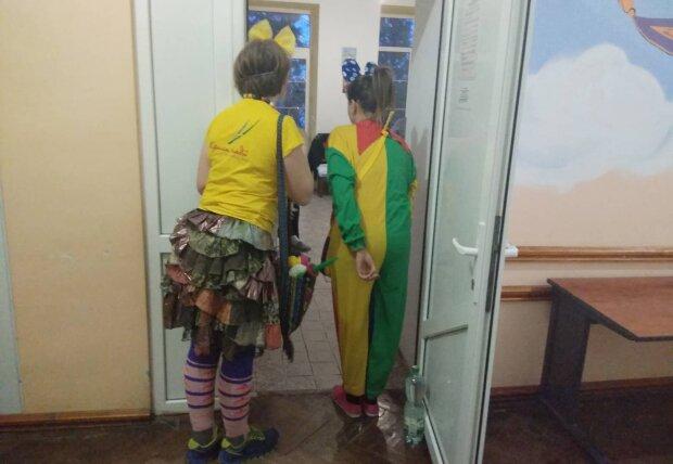 Во Львове основали школу больничных клоунов: в ярком наряде и с красными носами