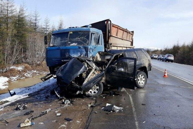 Под Львовом грузовик влетел в Ford, тела выковыривали из смятой машины: жуткие кадры