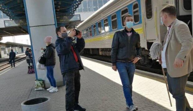 """Датчанин, який миє вікно """"Укрзалізниці"""", фото: Facebook"""