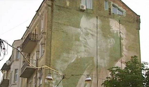 На киевском доме появился 7-этажный портрет Леси Украинки
