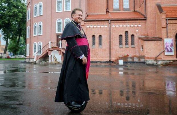 Священник, который отправится в паломничество на моноколесі