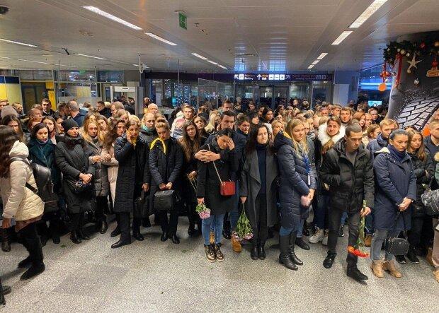 Головне за ніч: погрози родичам пасажирів МАУ, відомий ТРЦ тоне в окропі, мовний закон та пенсія за родича