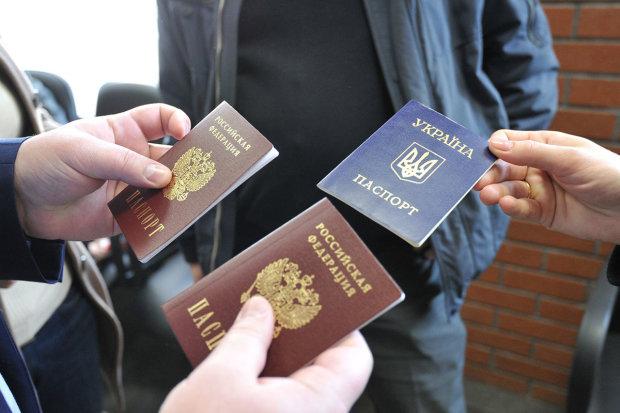 У Зеленського завдали потужного удару по Путіну через російські паспорти на Донбасі: пішли за схемою Трампа